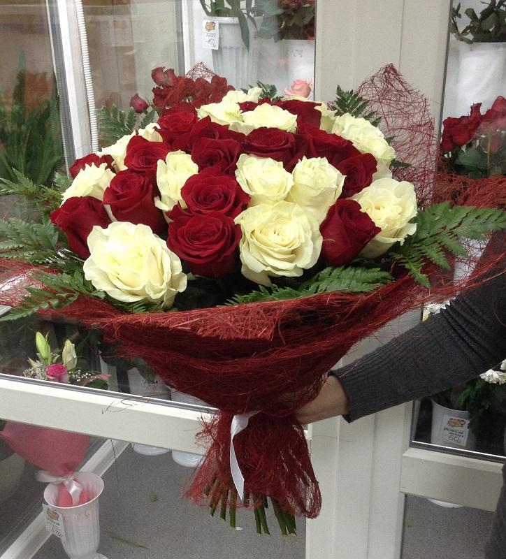 Букеты цветов реальные на черной машине киа рио